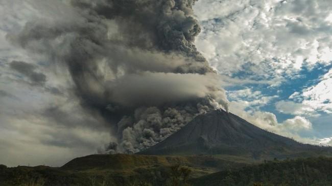Gunung Sinabung di Kabupaten Karo, Sumatera Utara kembali erupsi pada Jumat (14/8) sekitar pukul 16.56 WIB.