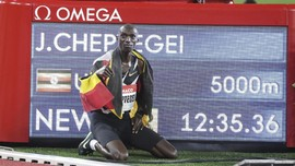 FOTO: Pelari Uganda Patahkan Rekor Dunia Lari 5000 Meter