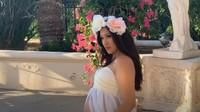 <div>Menganakanstrapless dress warna putih dan mahkota bunga, Rahma Azhari terlihat anggun jelang kelahiran buah hatinya ya? (Foto: YouTube Sarah Azhari)</div>