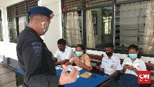 Tak Bisa Beli Kuota, Siswa di Ambon Belajar di Kantor Polisi