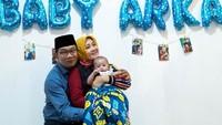 <p>Pada Juli lalu, Gubernur Jawa Barat Ridwan Kamil dan sang istri, Atalia Praratya, mengadopsi bayi laki-laki, Bunda. Pasangan ini memberinya nama Arkana Aidan Misbach. (Foto: Instagram @arkanaidan)</p>