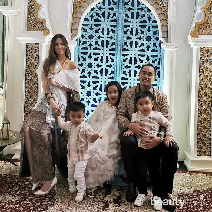 Kompak dengan keluarga, Nia Ramadhani mengenakan atasan putih modeloff shoulderdan rok dengan belahan di pinggir. Walau terlihat cantik dan fashionable, penampilan nia kali ini sempat banjir kritikan lantaran tampil seksi di momen lebaran. (instagram.com/ramadhaniabakrie/)