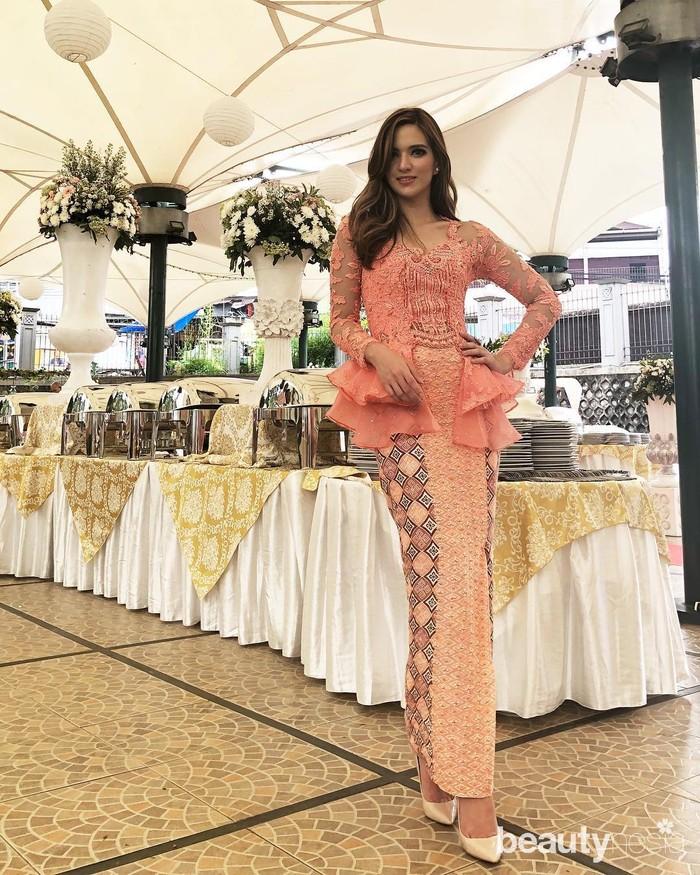 Bak remaja yang blum menikah, Nia Ramadhani terlihat cantik dengan kebaya model peplum warna pink. Dipadu dengan jarik dengan warna senada yang membuat penampilan ibu tiga anak ini terlihat anggun dan menawan. (instagram.com/ramadhaniabakrie/)