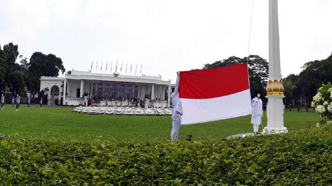 Upacara HUT RI tahun ini tetap digelar di Istana Negara namun dilakukan secara terbatas. Formasi paskibraka pun dilebar agar menjaga jarak.