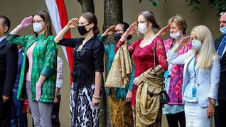 Bule Kenakan Kebaya Saat Perayaan HUT RI ke-75 di KBRI Moskow