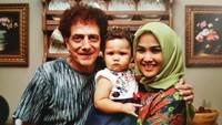 <p>Dari pernikahannya dengan Dewi, Ahmad Albar dikaruniai seorang putri cantik. (Foto: Instagram @dewiye04)</p>