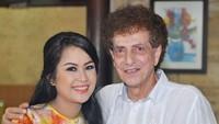 <p>Ahmad Albar menikah dengan istrinya yang kedua, Dewi Sri Astuti pada tahun 2009. (Foto: Instagram @dewiye04)</p>