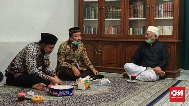 Bupati Rembang Bayu Andriyanto meminta maaf kepada tokoh NU Gus Mus terkait keterlambatan untuk memasang bendera merah putih di alun-alun.