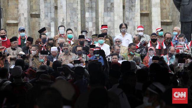 Penangkapan petinggi KAMI oleh polisi membuat warganet geram. Tagar bebaskan Jumhur Hidayat dan Syahganda Nainggolan populer di medsos.