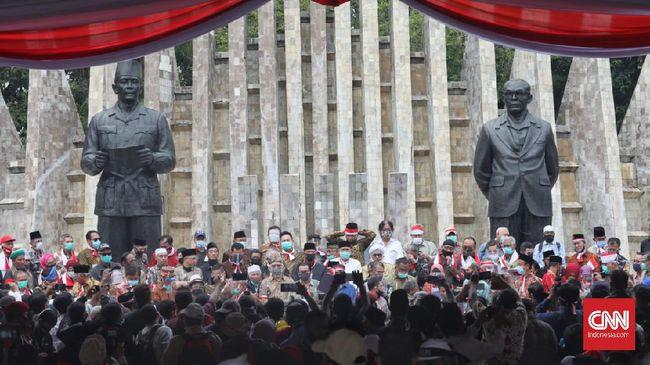 Massa yang menghadiri deklarasi Koalisi Aksi Menyelamatkan Indonesia (KAMI) di Tugu Proklamasi mengabaikan jaga jarak aman pencegahan virus corona.