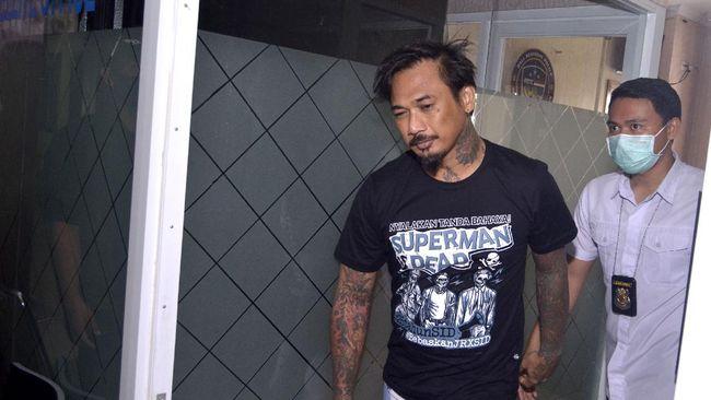 Polisi mengirimkan undangan klarifikasi kepada musikus I Gede Ari Astina alias Jerinx terkait laporan dugaan pengancaman untuk datang pada Senin (26/7).