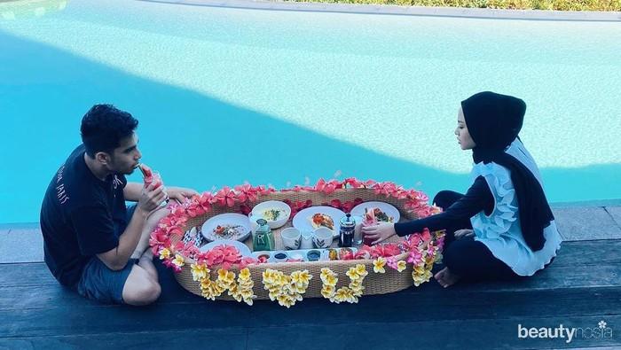 Tak hanya berlibur, kamu juga bisa romantis-romantisan bersama pasangan di pinggir pantai. Seperti sarapan romantis ala Rachel Vennya dan Niko dengan nampan besar dan bunga disekelilingnya. Ditemani suara deburan ombak pantai Nihi yang bikin suasana makin syahdu. (Foto: instagram.com/rachelvennya/)