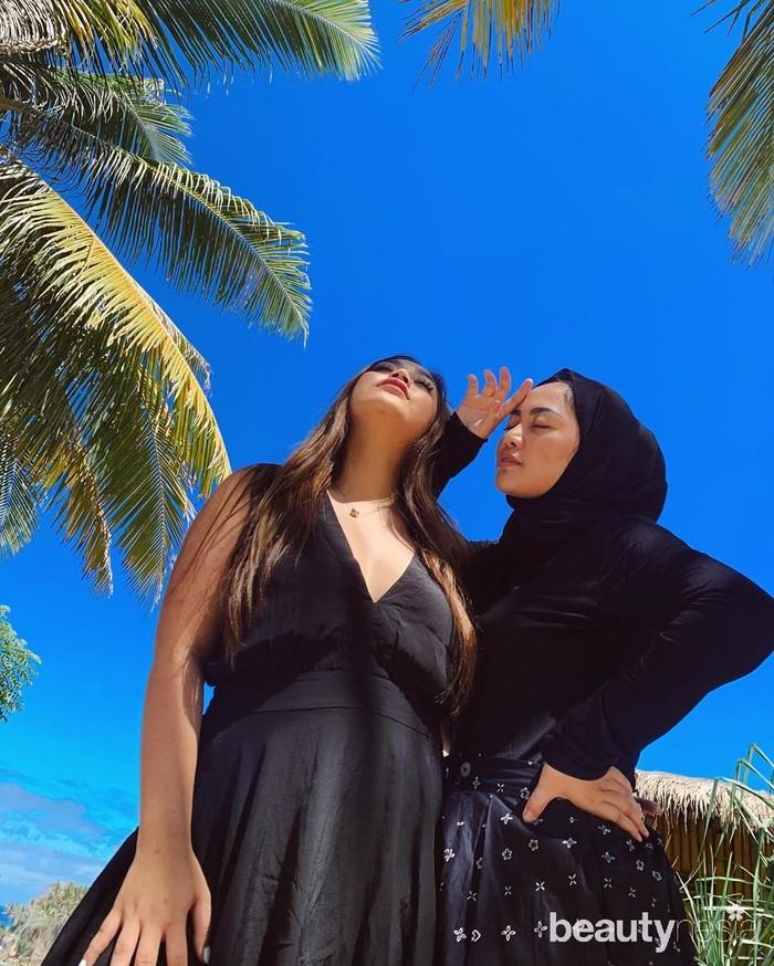 Pose di bawah terik matahari berlatar rimbunnya pohon kelapa, Rachel Vennya dan sepupunya, Chelsea kompak pakai outfit serba hitam. (Foto: instagram.com/rachelvennya/)