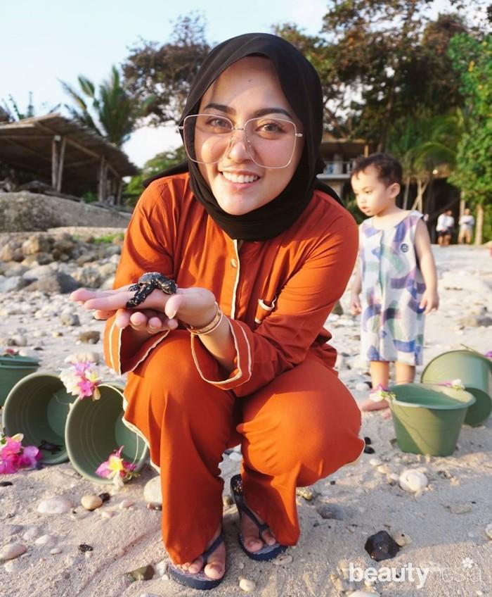 Berkeliling menikmati indahnya pantai Nihi, Rachel Vennya mengajak Xabiru melihat pelepasan bayi-bayi penyu ke laut. Selebgram yang selalu menginspirasi ini juga mengajak Xabiru ikut melepas langsung bayi penyu. (instagram.com/rachelvennya/)