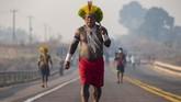 Penduduk asli hutan Amazon Brasil melakukan unjuk rasa dengan memblokir jalan raya utama untuk menuntut bantuan pandemi virus orona.
