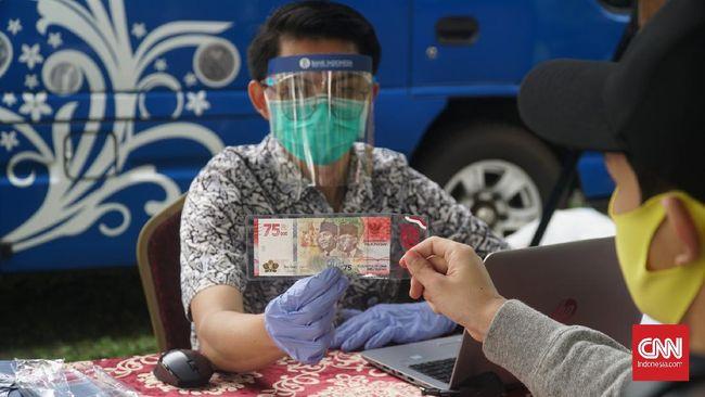 Puluhan warga Bandung mengantre di halaman Kantor Bank Indonesia (BI) Jawa Barat untuk menukar uang baru Rp75 ribu pada Selasa (18/8).