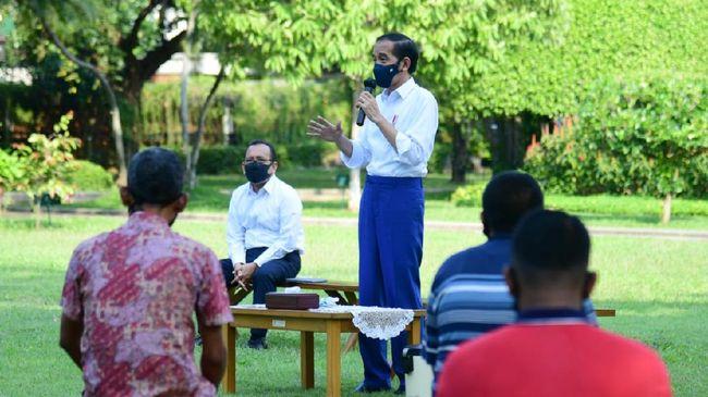 Jokowi melarang masyarakat penerima bantuan modal kerja untuk menggunakan uang yang diberikan kepada mereka untuk mencicil kredit motor dan membeli HP.