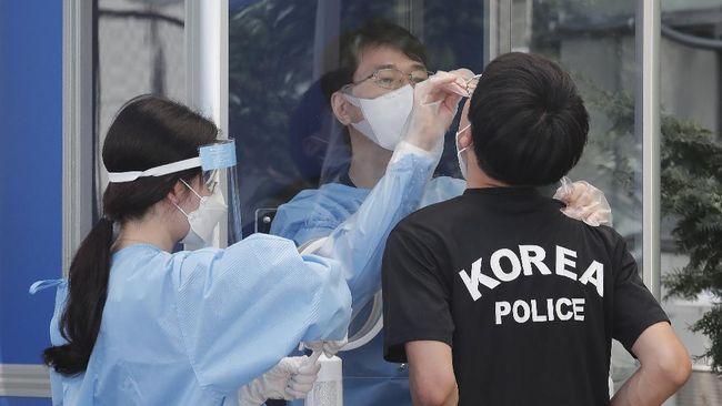Korea Selatan mencatat rekor penambahan kasus harian Covid-19 tertinggi dengan 1.896 orang, Rabu (28/7). Lonjakan kasus didominasi varian Delta.