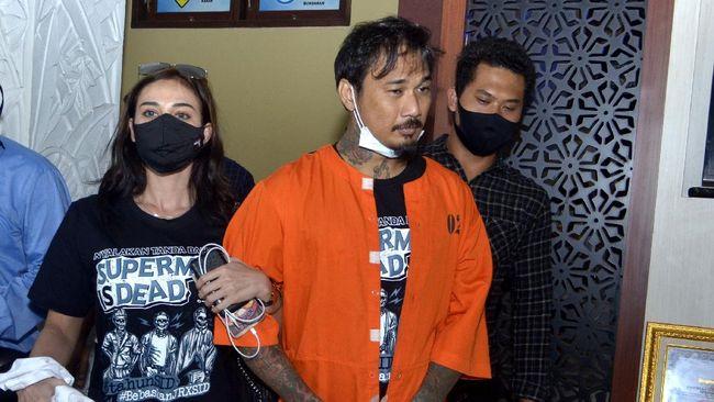 Jerinx mengatakan tidak tertular Covid-19 meski ia tiap hari melakukan kontak langsung dengan ribuan orang di Bali.