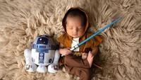 <p>Karena Roger penggemar Star Wars, si kecil pun dipotret dengan tema Star Wars. Keren banget ya, Bunda. (Foto: Instagram @rogerojey)</p>