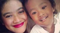 <p>Selfie bersama Wisa, putra tercintanya.</p>
