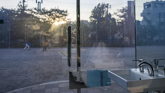 Salah satu taman di Shibuya menampilkan toilet transparan dengan teknologi tinggi di tengah taman.