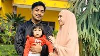 <p>Sayangnya, belum lama ini, Ustaz Riza dan Indri Giana mengalami krisis keuangan karena pandemi Corona.</p>