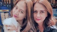 <p>Tak hanya wajah mirip, warna rambut Zara Adhisty dan ibunya pun senada. (Foto: Instagram @zaraadhsty)</p>