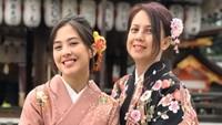 <p>Zara Adhisty sangat dekat dengan ibundanya, Sofia Yulinar. Zara Adhisty kerap bercerita tentang kehidupannya dengan sang ibu. (Foto: Instagram @mrssaladin)</p>