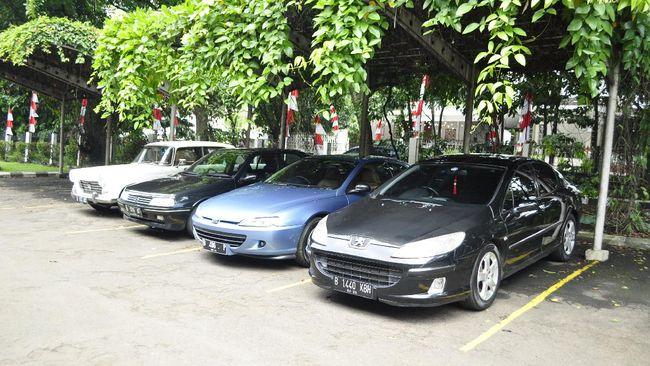 Rencana membeli mobil baru sirna usai Kementerian Keuangan menolak usulan Kementerian Perindustrian untuk memberlakukan pajak nol persen mobil baru.