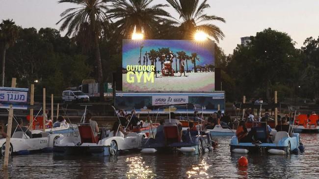 Pandemi virus corona membuat sebagian besar bioskop dalam ruangan ditutup di seluruh dunia. Alternatif pun bemunculan, salah satunya bioskop terapung di Israel.