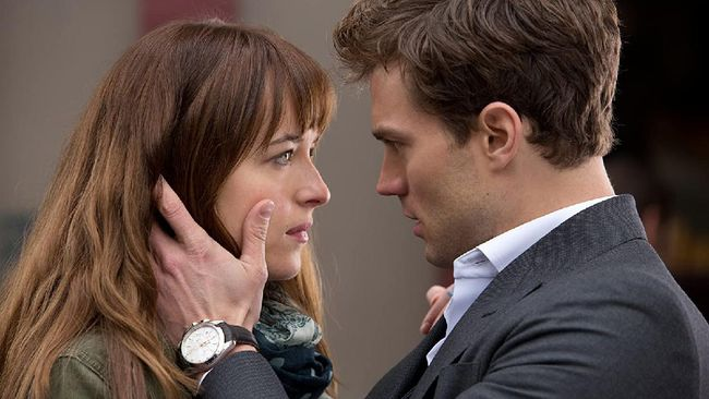 Fifty Shades of Grey mengisahkan awal perubahan kehidupan Anastasia Steele (Dakota Johnson) setelah bertemu Christian Grey (Jamie Dornan).