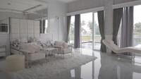 <p>Ini adalah kamar utama di rumah mewah Kartika. Bagus banget ya, Bunda. (Foto: YouTube RIOMOTRET)</p>
