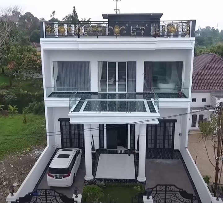 Rumah yang berada di kawasan puncak ini semula adalah rumah lama Habib Usman yang sudah ia tempati selama 11 tahun, Bunda. (Foto: YouTube Kartika Putri Official)