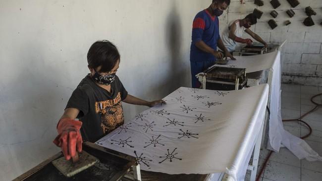 Rumah Edukasi Batik Wistara di Surabaya, yang para pekerjanya merupakan orang dengan disabilitas, memproduksi kreasi batik dengan motif virus corona.