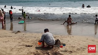 Abaikan Prokes, Wisatawan Pantai Anyer Push Up hingga Nyanyi