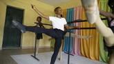 Seorang bocah 11 tahun asal Nigeria bernama Athony Madu mendadak dapat beasiswa setelah videonya menari balet viral.