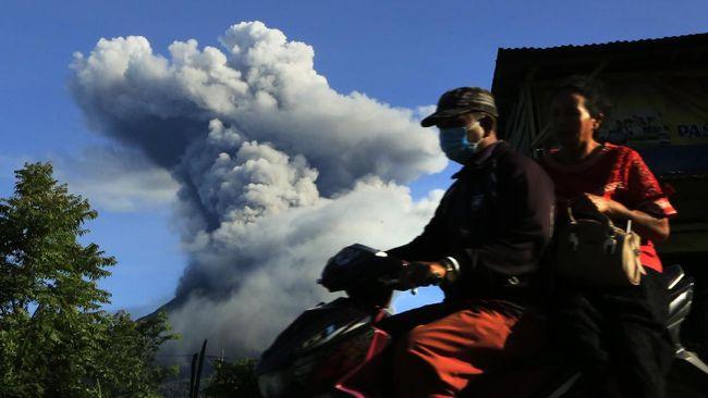 Warga diminta menjauhi radius 3 kilometer dari puncak Gunung Sinabung usai erupsi pada Rabu (20/1) pukul 05.25 WIB pagi.