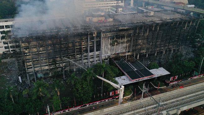 Sejumlah netizen menanggapi penyebab gedung Kejaksaan Agung dari rokok.
