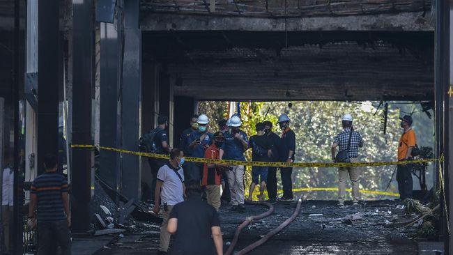 Kejagung menyalahkan produsen cairan pembersih lantaran produknya mempercepat insiden kebarakan di Kejagung pada 22 Agustus lalu.
