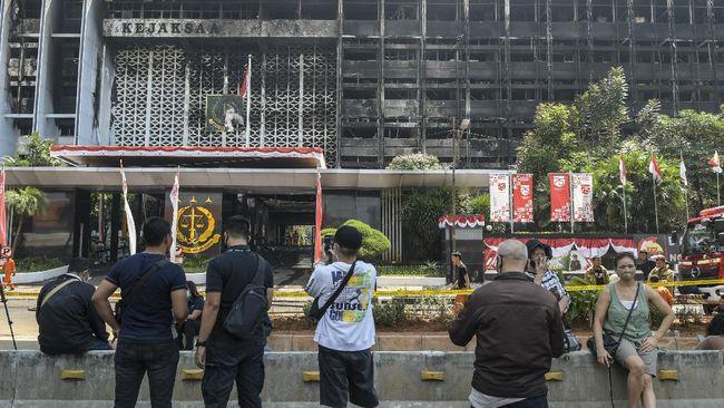 Netizen mengumbar meme rokok untuk mengaitkan penyebab kebakaran Gedung Kejaksaan Agung di Jakarta.
