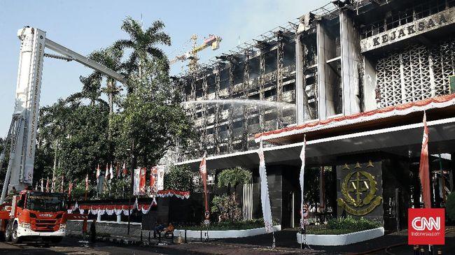 Polisi memeriksa dua orang kasubag terkait kebakaran di gedung utama Kejagung yang terjadi Agustus lalu.