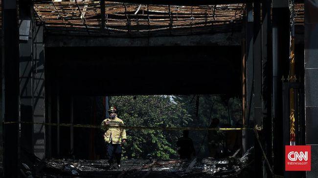 Selain memeriksa saksi, penyidik kepolisian dari Tim Inafis dan Labfor juga melalukan penyelidikan di tempat kejadian perkara kebakaran Kejaksaan Agung.