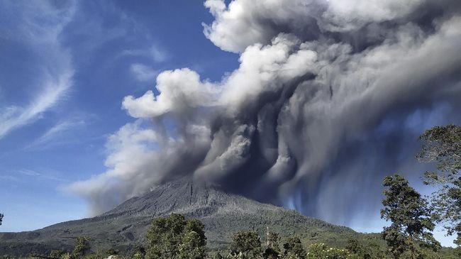 Abu vulkanik dari erupsi Gunung Sinabung, Sumatera Utara, mulai bergerak ke Aceh Tenggara dan Selatan.