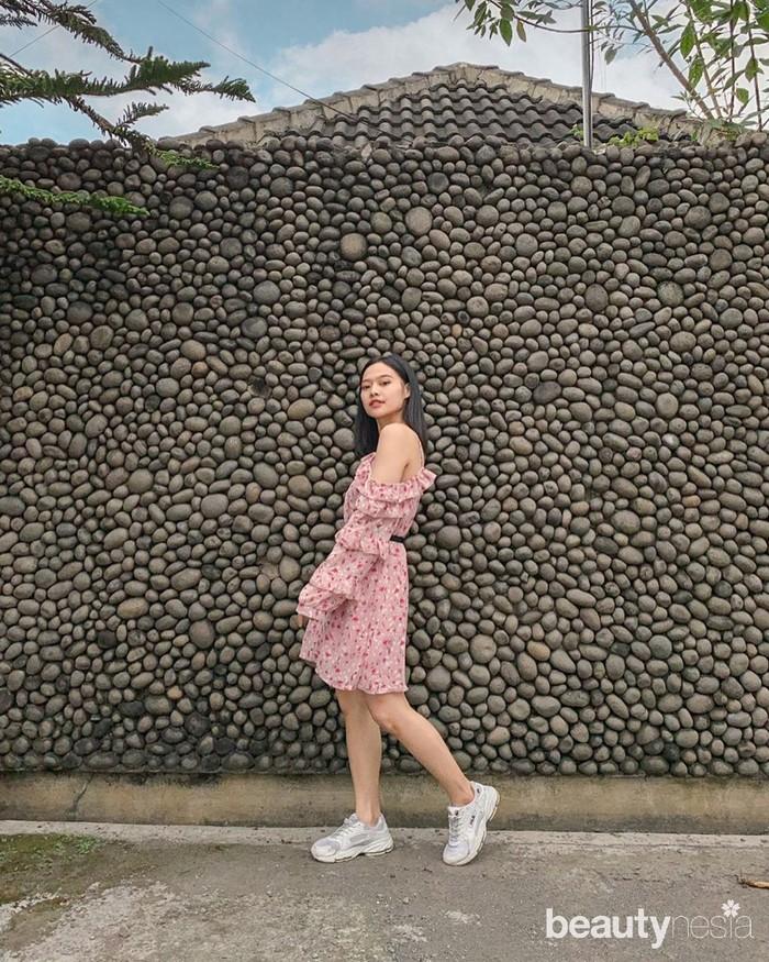 Selainmakeup,ternyata selerafashionMichelle juga gak kalah dari Jennie Blackpink,Ladies. Meskipundressidentik dengan tampilan feminin, nyatanya selebgram asal Yogyakarta ini lebih memilih sepatusportketimbanghig heels. (Foto: instagram.com/miceraa/)