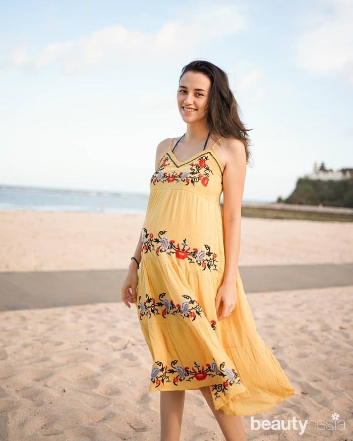 Siapa bilang ibu hamil tidak bisa tampil cantik danfashionable? Kamu bisa memakaidressdengan gaya Bohemian seperti Dahlia. Pilih warna-warna cerah agar tampilan kamu lebihfresh. (Foto: Instagram.com/Dahliachr)