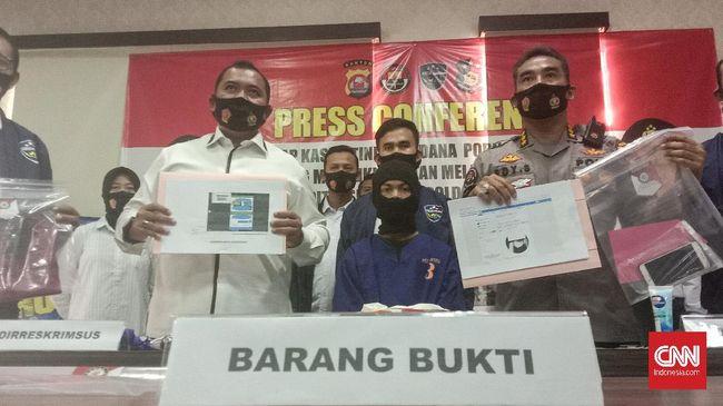Pelaku beraksi sejak tahun lalu. Ia ditangkap setelah menyebarkan foto salah seorang korbannya yang melapor ke Polda Banten.