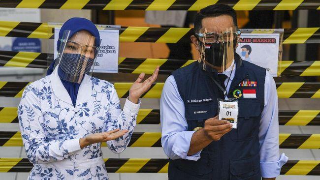 Istri Gubernur Jawa Barat Ridwan Kamil, Atalia Praratya positif Covid-19. Dia meminta setiap orang yang pernah kontak erat untuk segera cek kesehatan.