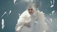 Inspirasi OOTD maternity shoot Cut Meyriska yang baru saja melahirkan anak pertamanya ini mengusung tema 'My Guardian Angel'. Cut Meyriska tampil cantik dalam balutan busana serba putih dengan permainan tumpuk organza agar sesuai konsep. (Foto: Instagram @cutratumeyriska)