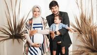 Inspirasi OOTD maternity shoot dari Aryani Fitriana ini cocok untuk Bunda yang hamil anak kedua. Dipotret oleh Winston Gomez, opsi busana dengan perpaduan outerwear mampu memberikan kesan yang modest dan tidak ketat. (Foto: Instagram @aryanifitriana24)